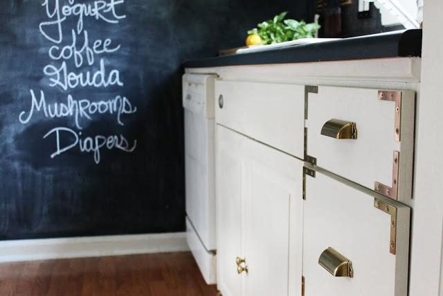 Золото в интерьере кухни: гениальная находка дешёвого варианта -взять фоном классную доску