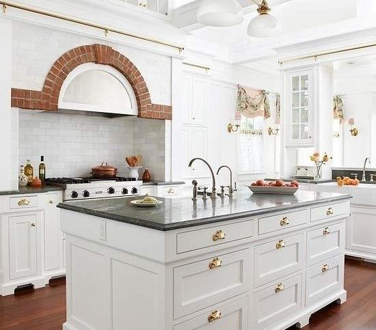 Тёплое и пленительное золото в интерьере кухни