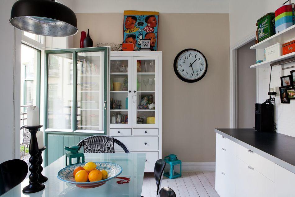 Кухня в белом цвете со скандинавско-африканскими мотивами