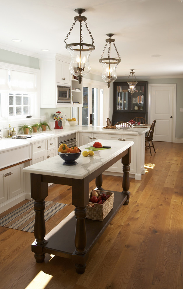Дизайн узкой кухни с островом