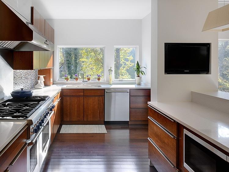Интерьер кухни с деревянными акцентами