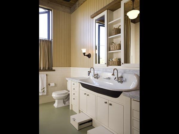 Цокольный ящик в интерьере ванной