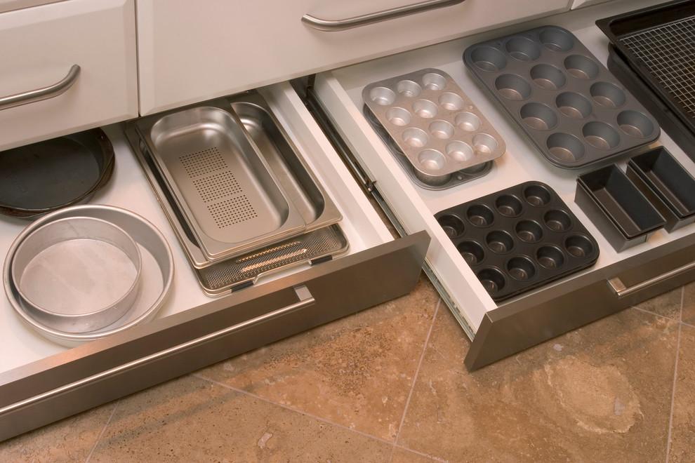 Кухонный гарнитур с выдвижным цокольным ящиком