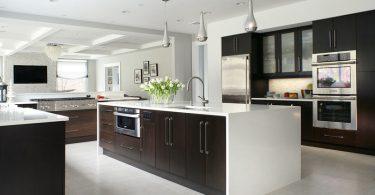 Тёмная кухня с островом с белой столешницей