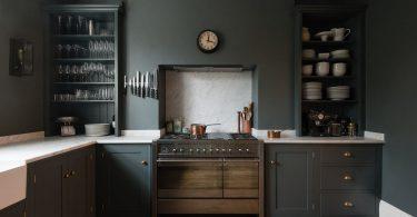 Тёмно-серый интерьер кухни с частном доме