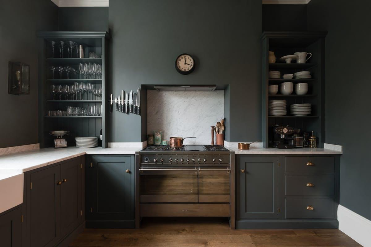Тёмно-серый интерьер кухни с белой столешницей