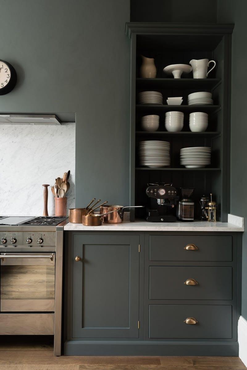 Тёмно-серый интерьер кухни: медная посуда возле плитыс