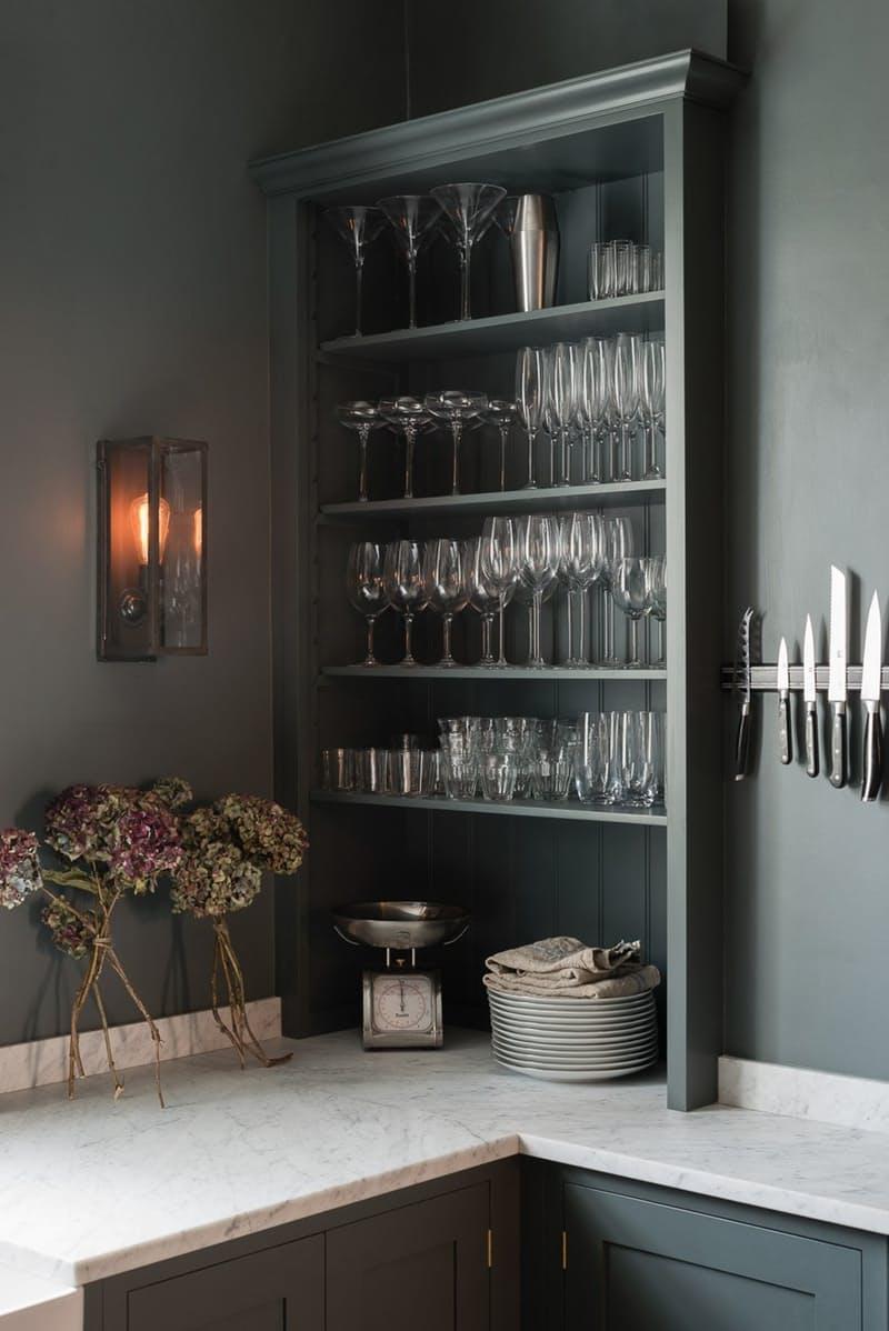 Тёмно-серый интерьер кухни: стеклянные бокалы на полке