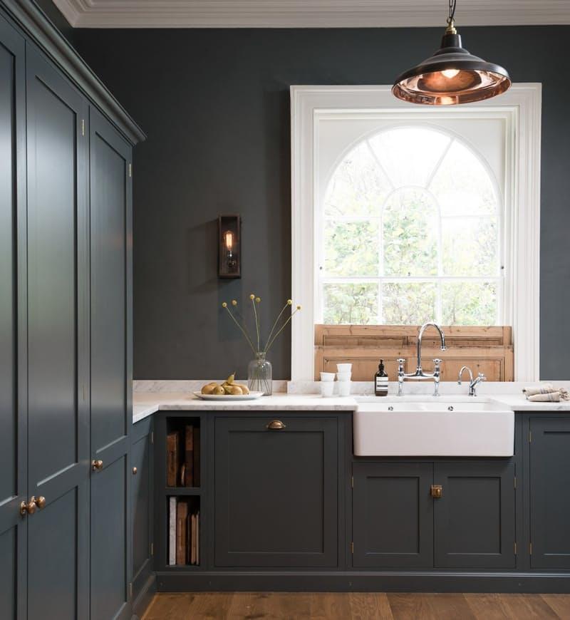 Тёмно-серый интерьер кухни: раковина перед высоким окном