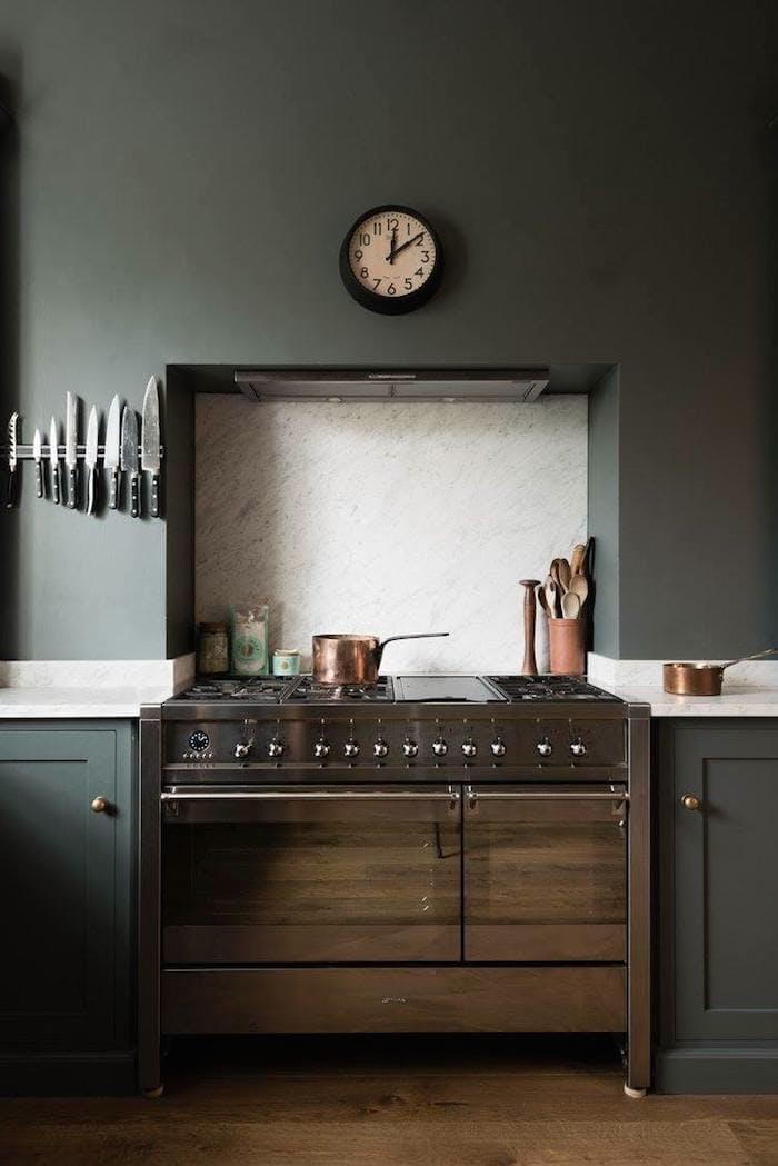 Тёмно-серый интерьер кухни: стильные часы над плитой