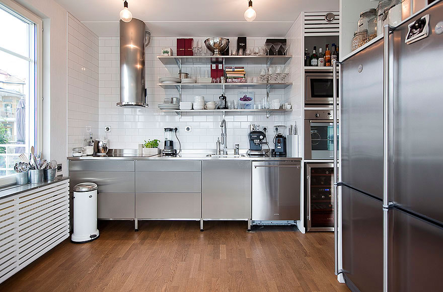 Интерьер кухни в бело-стальном цвете