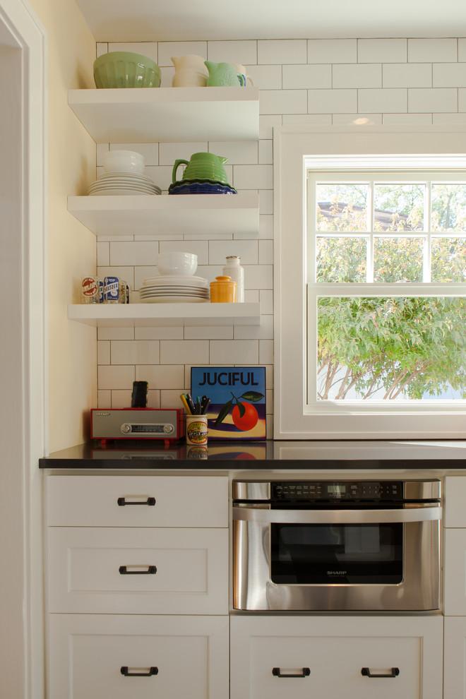 Открытые полки у окна в интерьере кухни от Fiddlehead Design Group, LLC