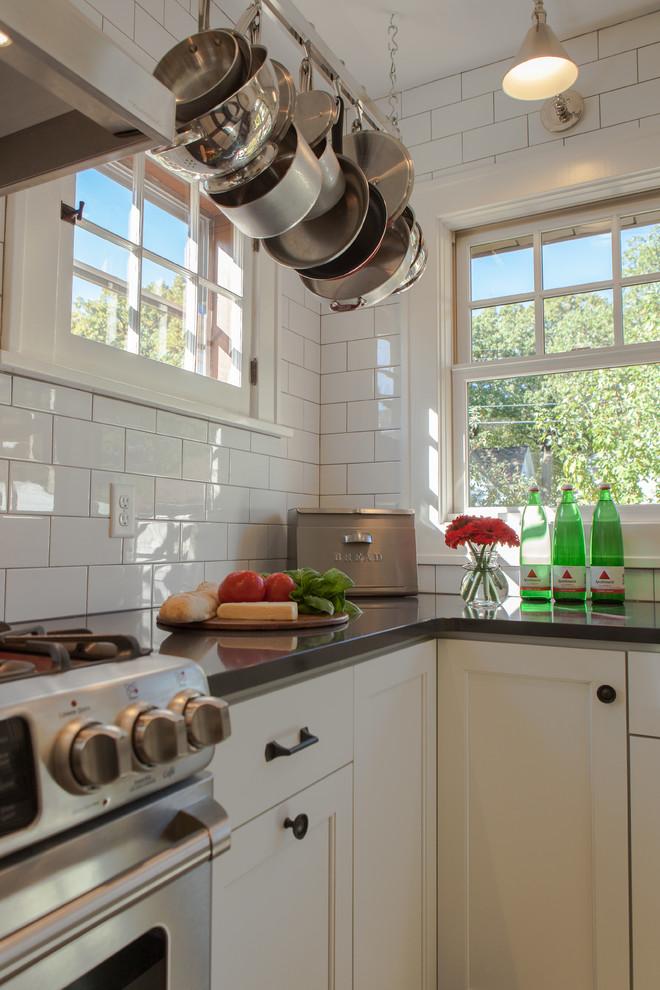 Винтажные аксессуары в интерьере кухни от Fiddlehead Design Group, LLC