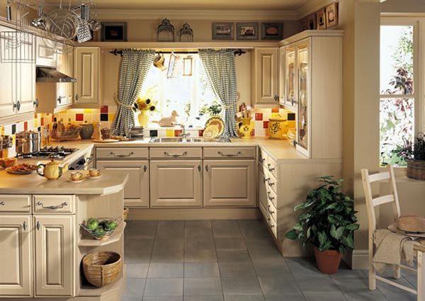 Потрясающий дизайн классического интерьера кухни в бежевом цвете