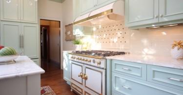 Большая плита с двумя духовыми шкафами и вытяжка