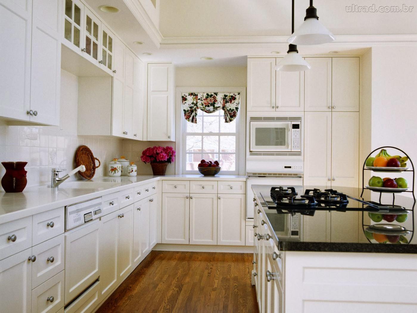 Классическая белая кухня с чёрными элементами интерьера