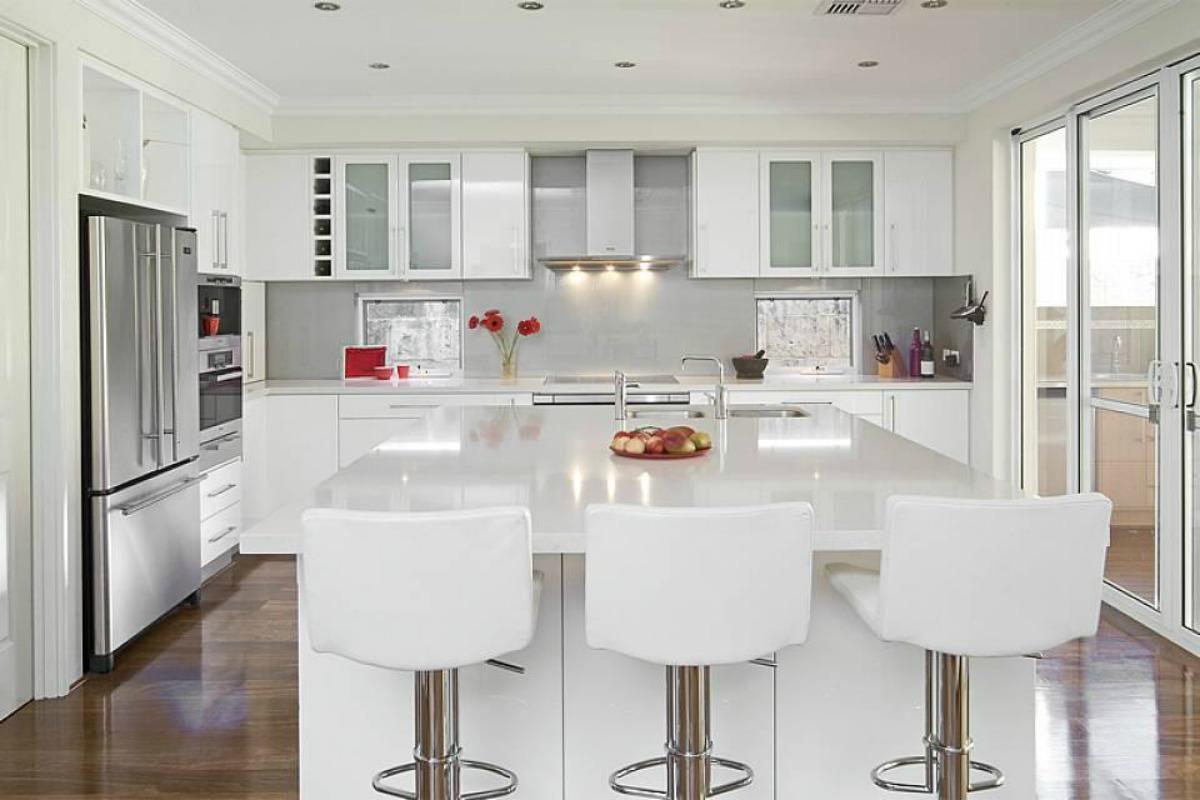Белая кухня с красными акцентами
