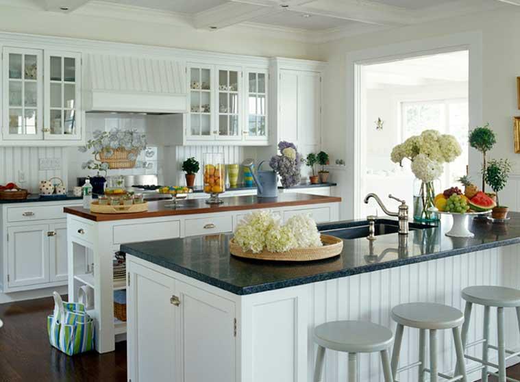 Белая кухня с элементами деревенского стиля