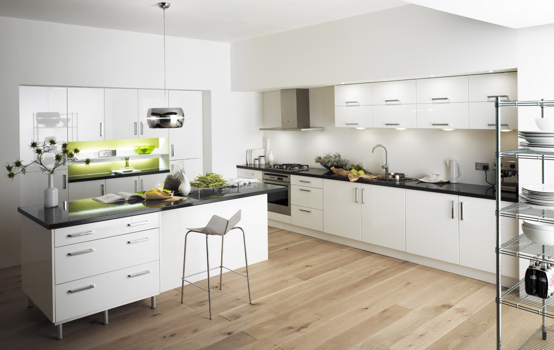Современная белая кухня с ярко-зелеными элементами