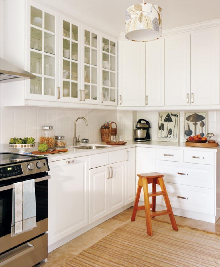 Стеклянные вставка на дверцах шкафчиков в интерьере белой кухни