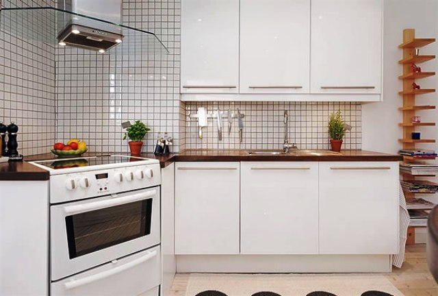 Белая кухня со стеклянной вытяжкой