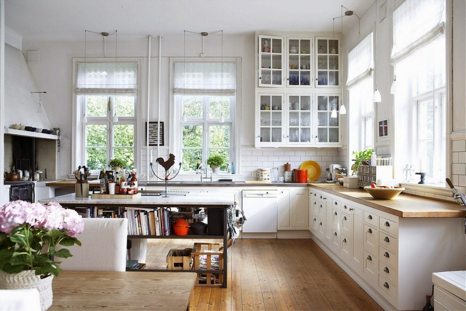 Белая кухня с контрастными деталями
