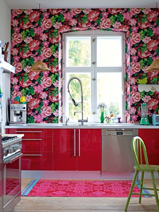 Яркие цветы в интерьере кухни