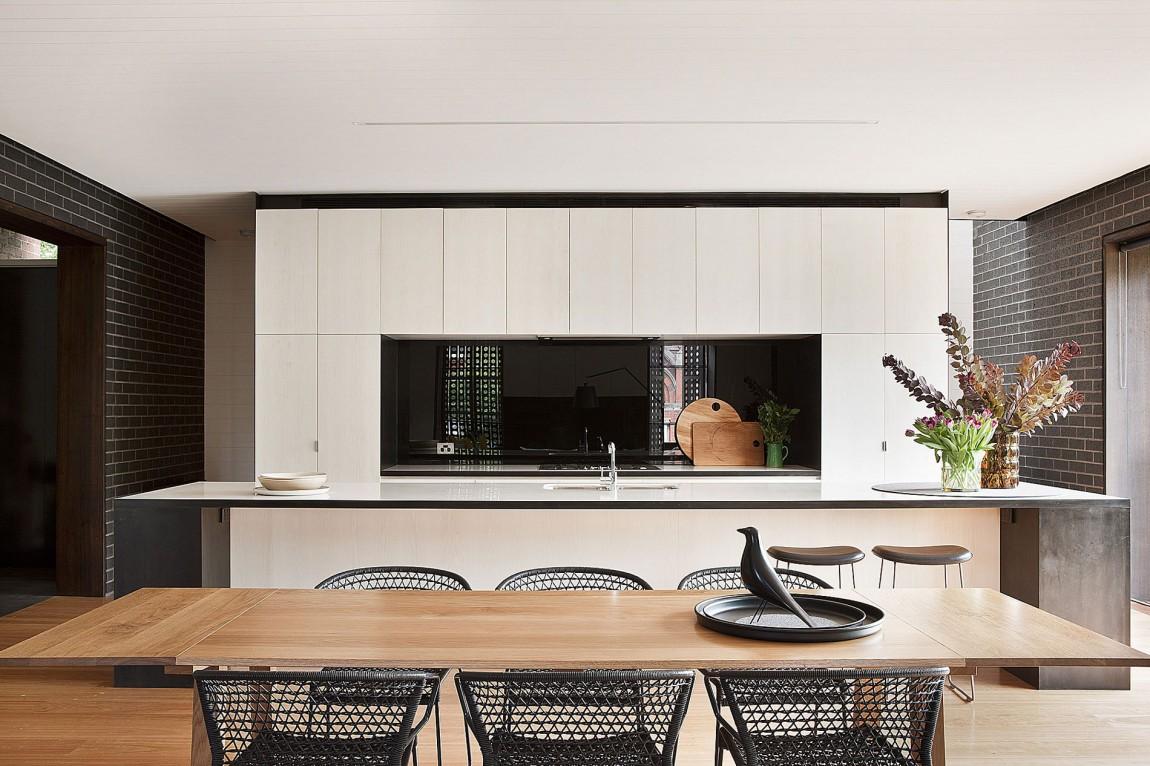 Интерьер светлой кухни с деревянными акцентами