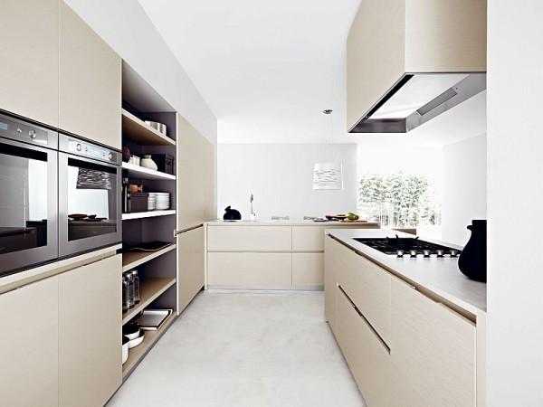 Итальянская кухня с закрытыми и открытыми местами для хранения