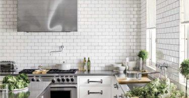 Столешницы из нержавеющей стали в светлой кухне