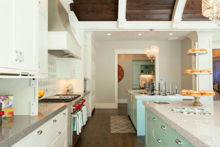 Дизайн кухни в классическом стиле - бело-голубая сервировка