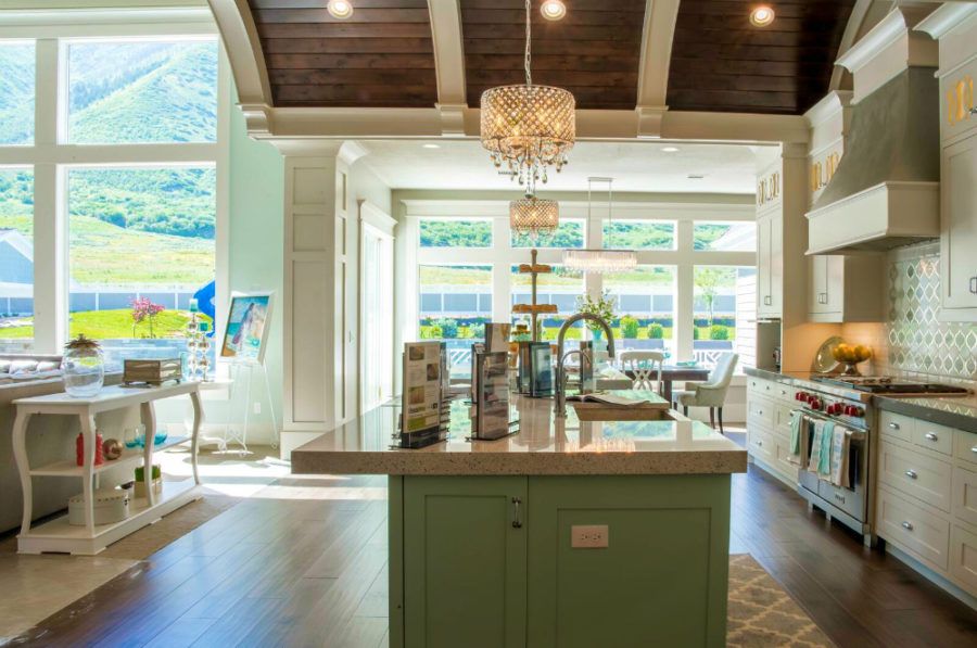Дизайн кухни в классическом стиле - великолепный вид из окна