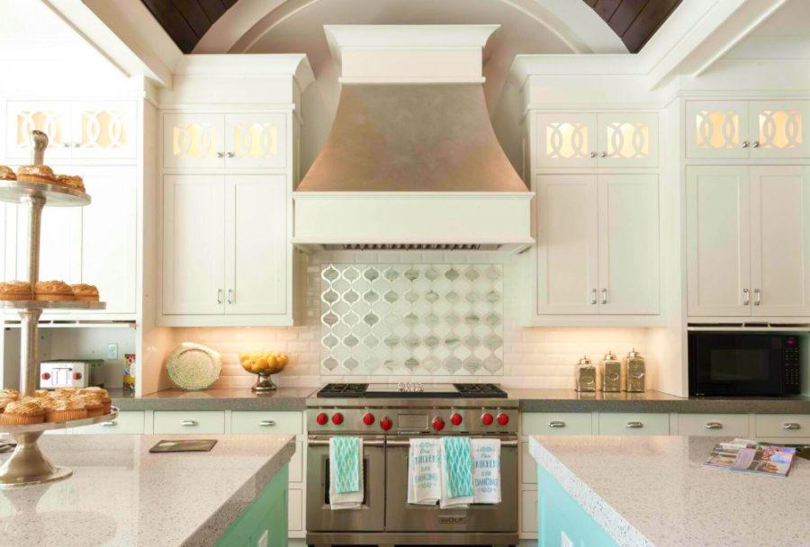Дизайн кухни в классическом стиле - вытяжка