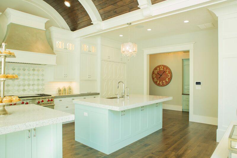 Нежный дизайн кухни в классическом стиле