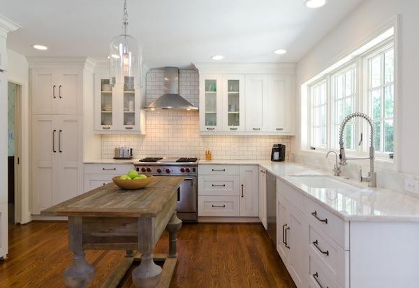 Точечные потолочные светильники в интерьере кухни
