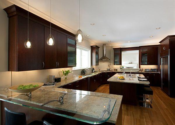 Оригинальные подвесные светильники капельной формы над кухонным островом