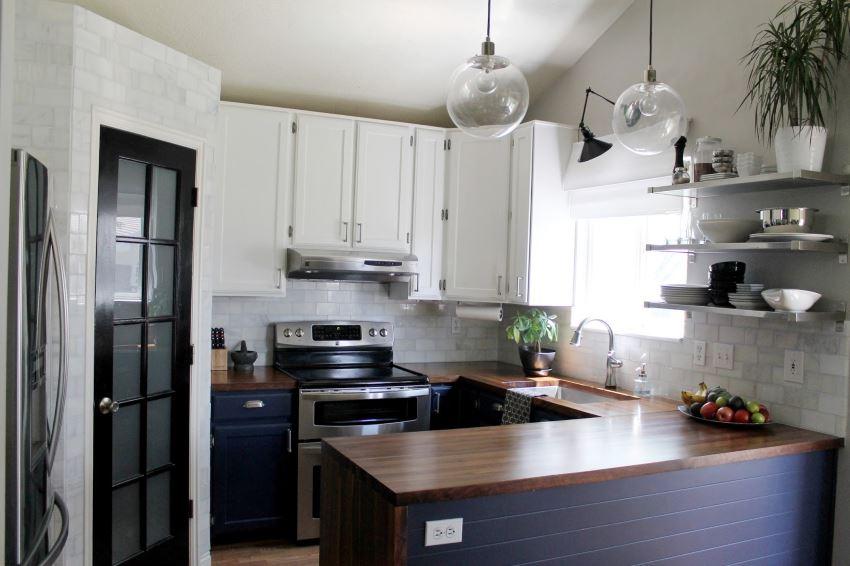 Открытые полки для хранения посуды