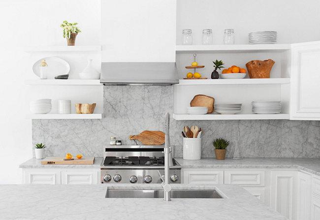 Минималистичное оформление кухни в белом цвете