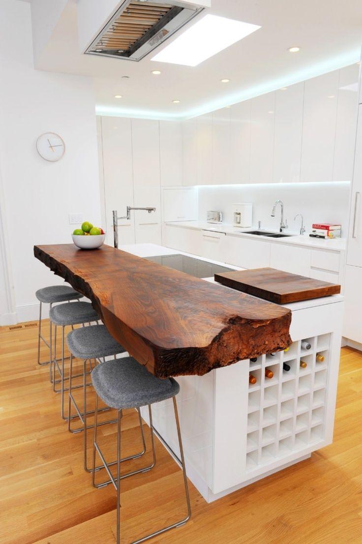 Кухонный стол из натурального дерева в интерьере минималистской кухни