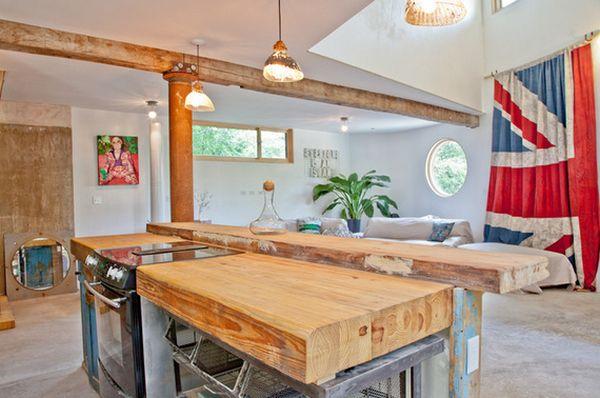 Кухонный стол из деревянных досок