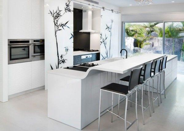 Оригинальный дизайн кухонного стола с барной стойкой в белой гамме