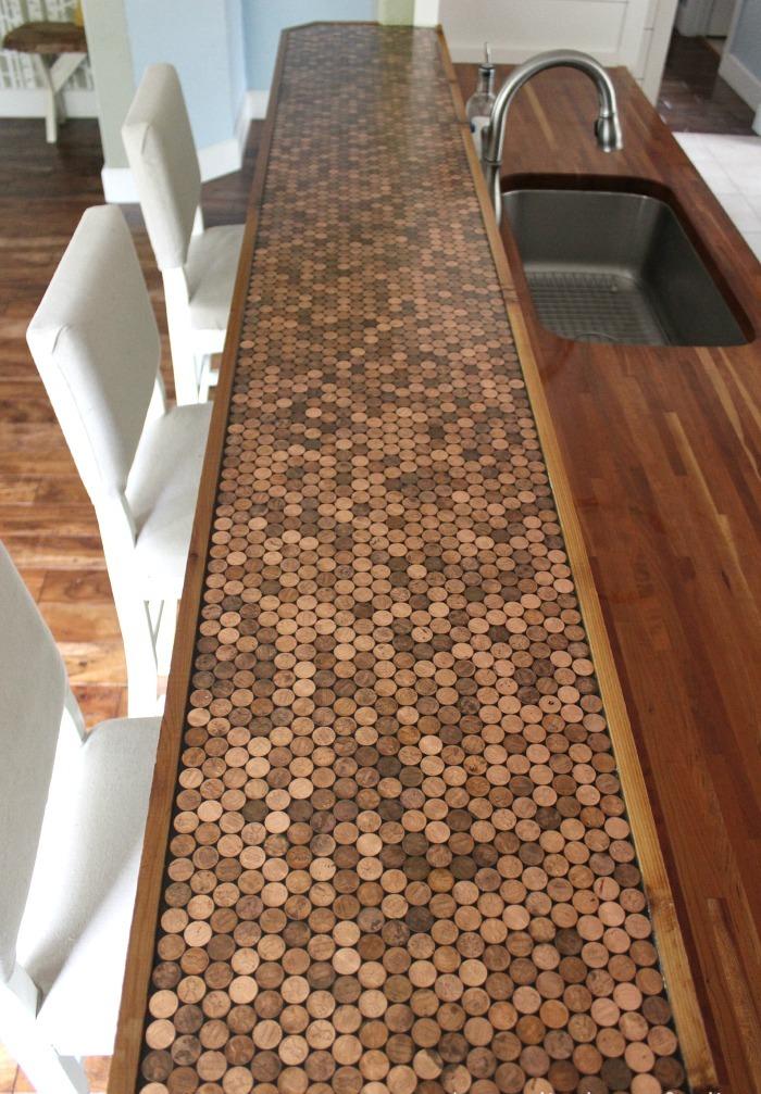 Деревянная поверхность кухонного стола, обклеенная монетками