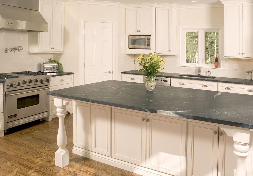 Кухонный остров, оформленный бетонной столешницей