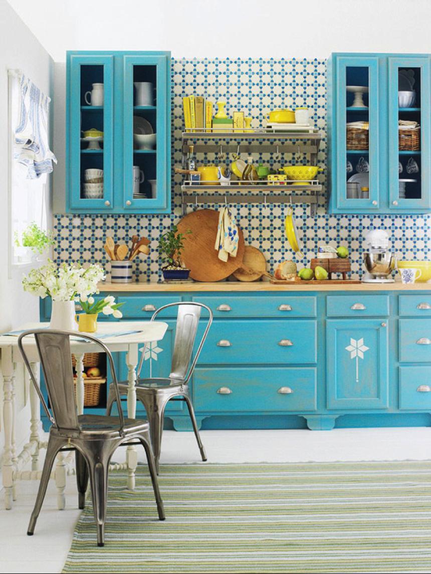 Мебельный гарнитур в бирюзовых оттенках в ретро-интерьере кухни