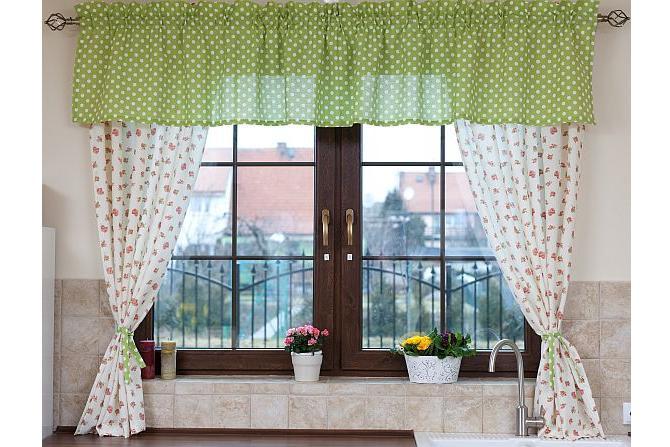 Оформление кухонного окна занавесками в деревенском стиле