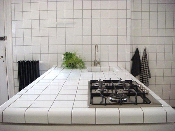 Кухонная столешница, выложенная белой плиткой