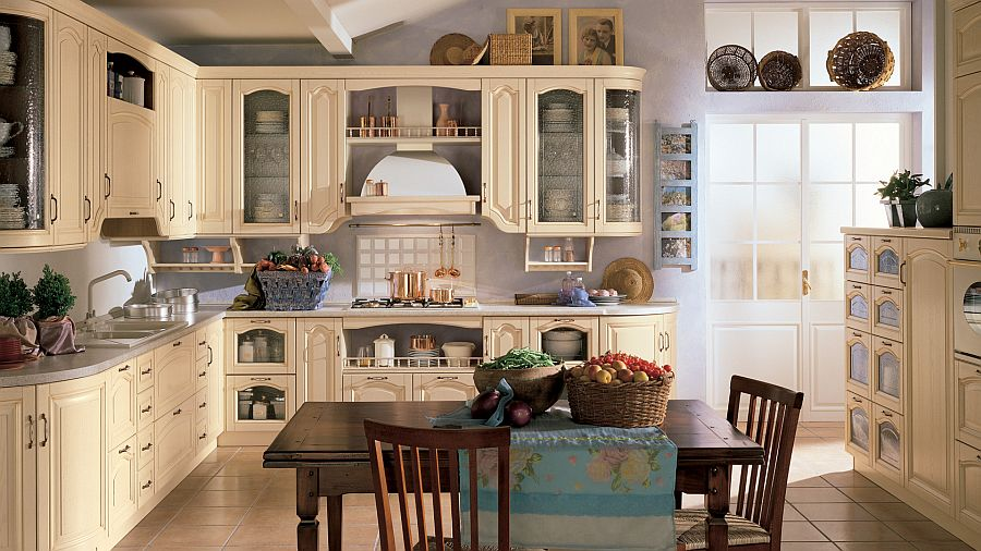 Угловой гарнитур в классическом стиле в интерьере кухни