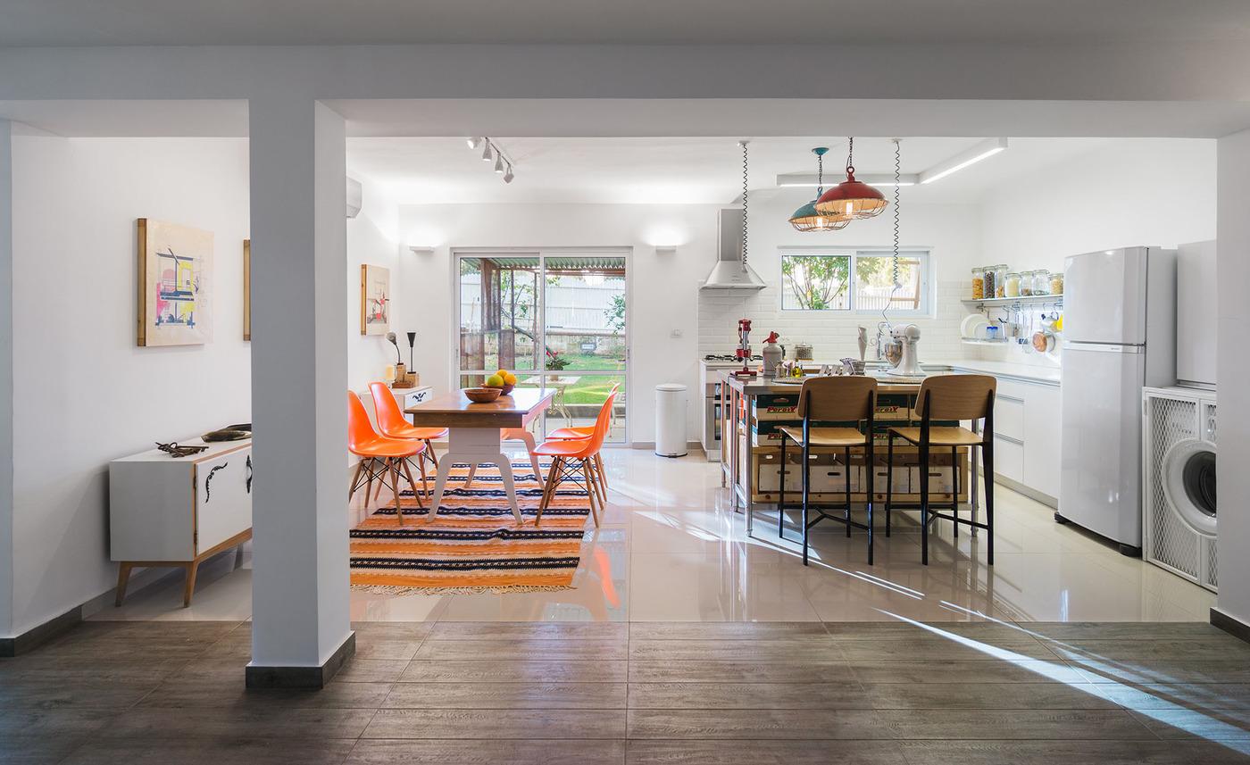 Варианты кухонь: ярко-оранжевые стулья в интерьере