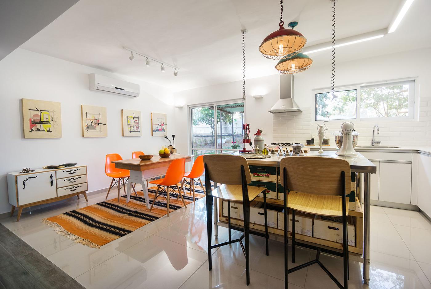 Варианты кухонь: деревянные барные стулья в интерьере