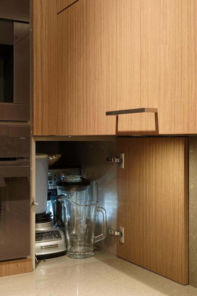 Варианты ремонта кухни: глянцевая столешница гарнитура